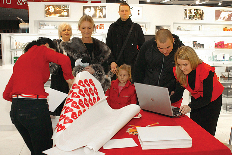 Представитель от Sleepwell Марцис Лиепиньш (посередине) наблюдает за регистрацией пар для участия в соревнованиях.