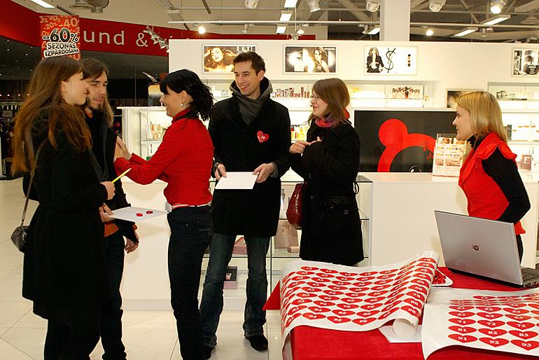 Sacensību dalībnieki saņem reģistrācijas numurus sirds formā.