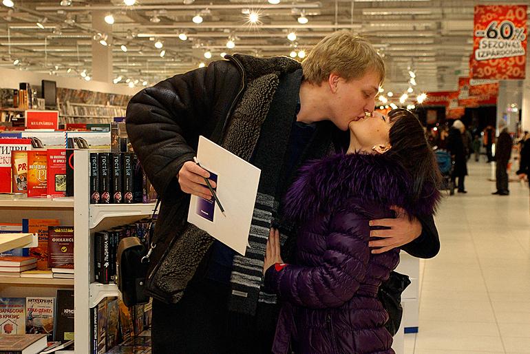Созданное вместе произведение о любви — красивый повод для романтического поцелуя!