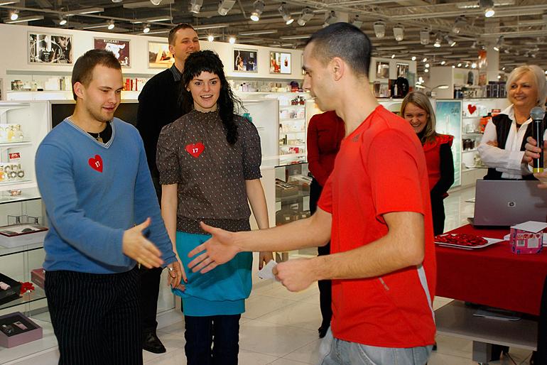 Adidas pārstāvis Jānis sveic vienu no atraktīvākajiem pāriem – puisis uz Elkor Plaza bija atnācis viens un savu meiteni atrada turpat veikalā...!!!