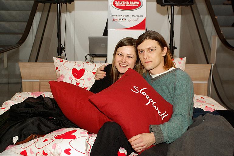 Laimīgie uzvarētāji – zelta dzejoļa autori Laura un Andrejs savā jaunajā gultā!